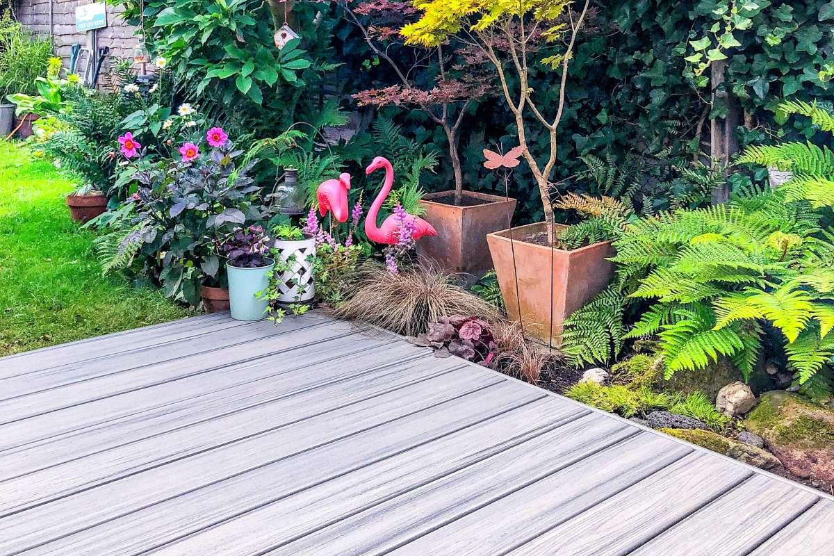 Englische Gartenterrasse mit Trex Transcend® im Farbton Island ...