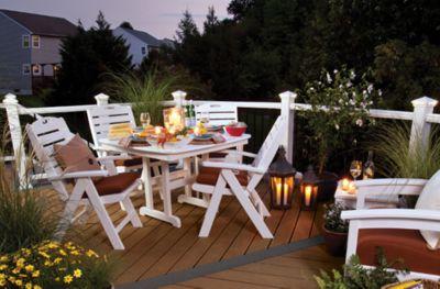 Trex Enhance®-Terrasse mit weißem Trex Transcend®-Geländer und Trex Outdoor Furniture™-Terrassenmöbel in Weiß