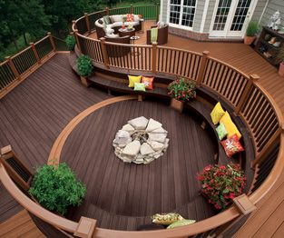 Trex Transcend decking and railing in Tree House medium brown and Vintage Lantern dark brown create an outdoor oasis with plenty of seating