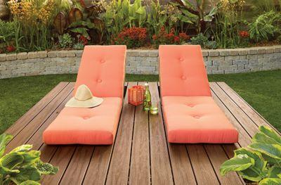 Diese Trex Transcend®-Terrasse im Farbton Spiced Rum verwandelt Ihren Garten in eine herrliche Oase