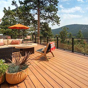 Faites l'expérience d'une beauté durable avec les gracieuses courbes de cette terrasse multiniveaux de Trex.