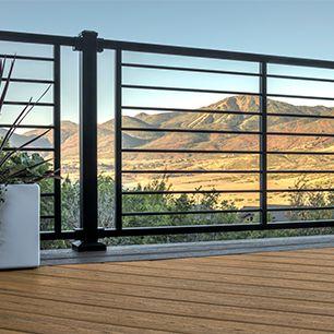 Les rampes de terrasse traditionnelles de Trex s'affirment de façon élégante contre cet arrière-plan d'arbres.
